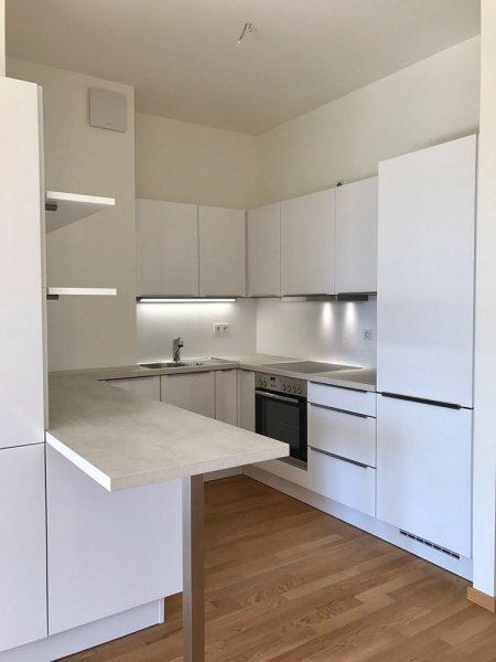 Weisse eckige Küche
